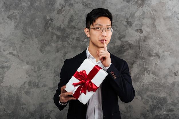 Портрет молодого азиатского человека, одетого в костюм