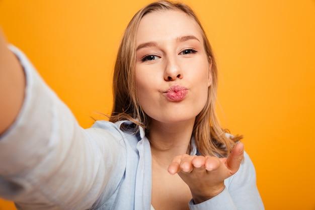 Портрет улыбающейся молодой девушки с брекетами
