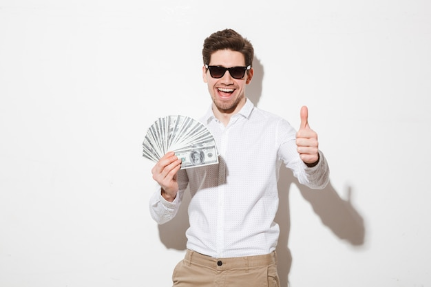 Портрет счастливого молодого человека, одетого в рубашку
