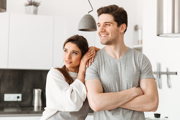 Портрет счастливой молодой пары на кухне