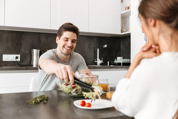 健康的な朝食を持つ笑顔の若い男の肖像