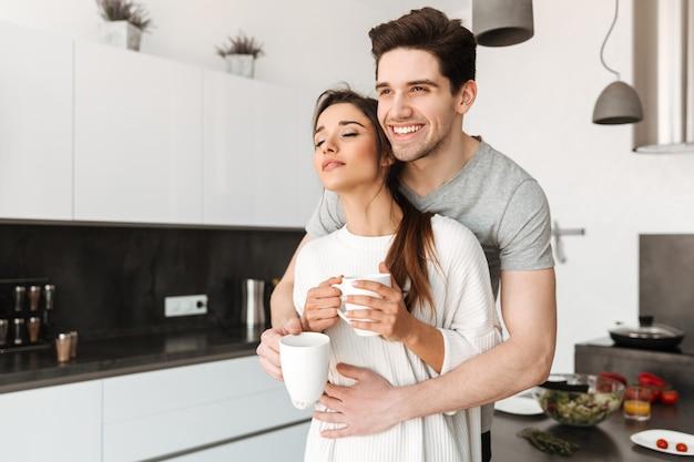 コーヒーを飲む愛する若いカップルの肖像画