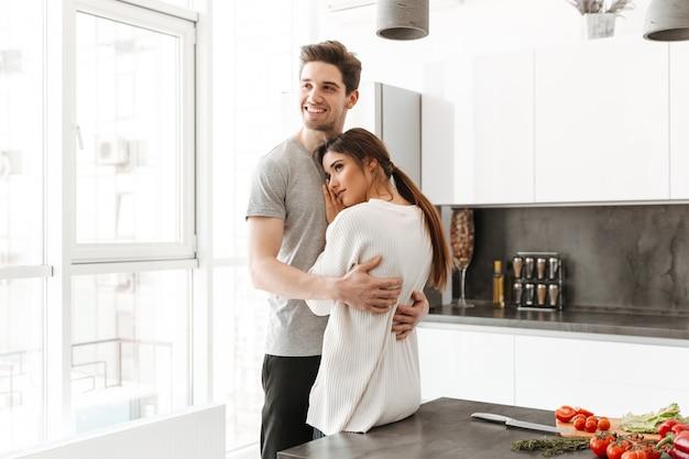 Портрет счастливой молодой пары обниматься