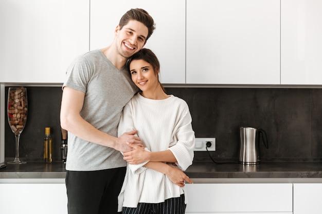 Портрет прекрасной молодой пары обниматься