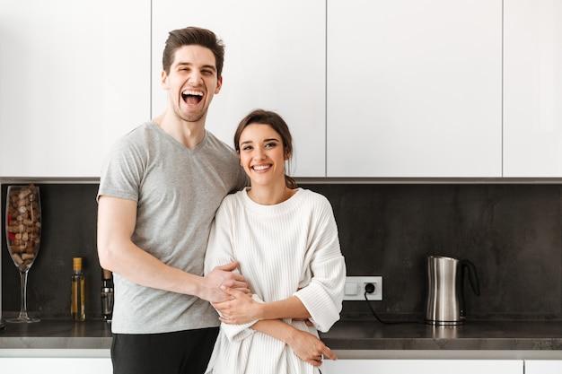 Портрет веселая молодая пара обниматься