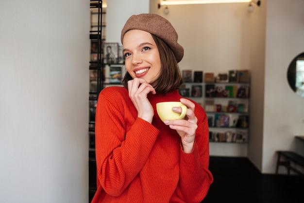 Портрет счастливой девушки, одетой в свитер