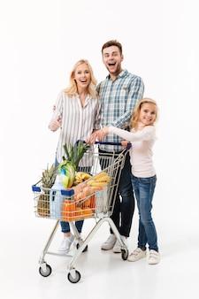 Полная длина портрет веселой семьи