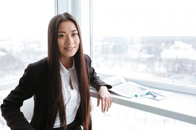 オフィスでのアジアビジネスの女性