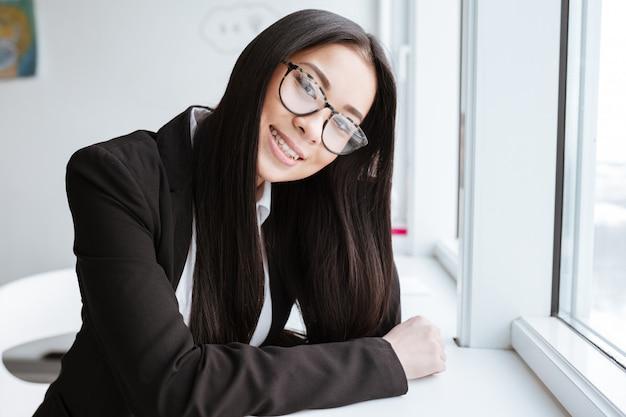 窓の近くのかなりアジアビジネス女性の垂直方向の画像