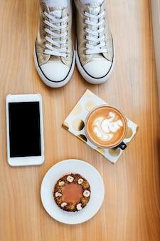 携帯電話、コーヒーと木の板の上から見る