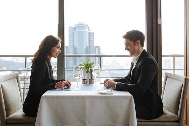 レストランでのカップルの側面図