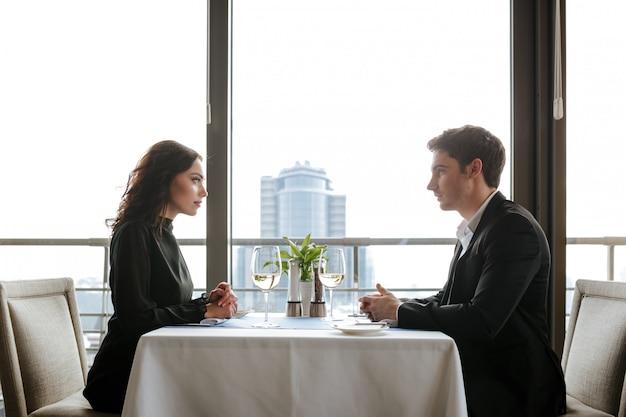レストランで若いカップルの側面図