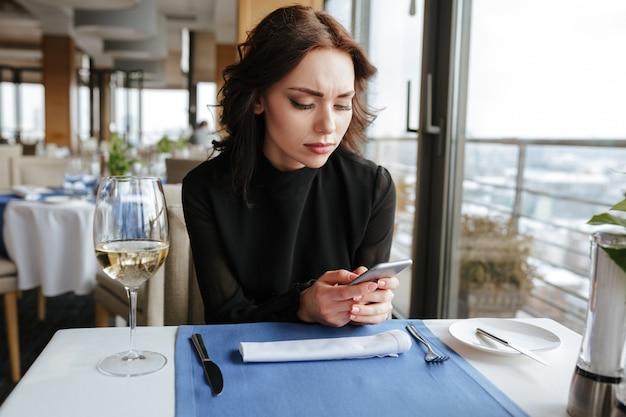 電話でメッセージを書いてレストランの女性