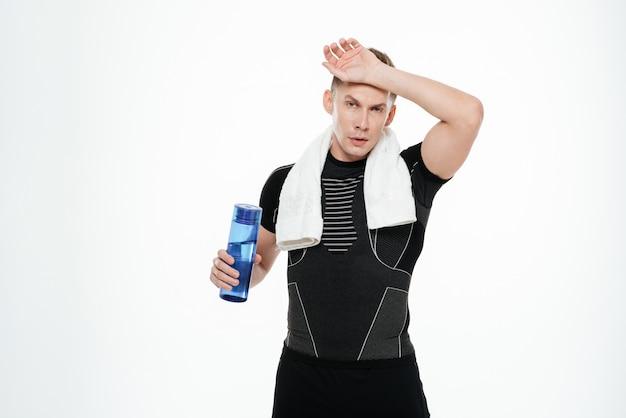 疲れた強いスポーツマン飲料水