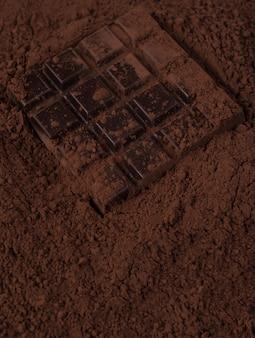 ミルクチョコレートパウダーで覆われたダークチョコレートバー
