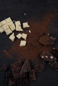 Ассортимент разных видов шоколадных батончиков разбился на кусочки