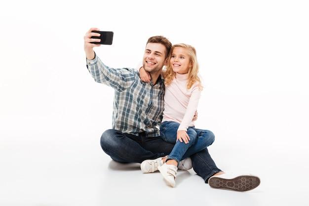 Портрет улыбающегося отца и его маленькая дочь