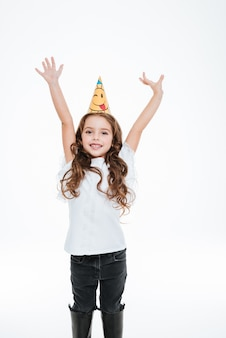 誕生日の帽子で陽気な女の子