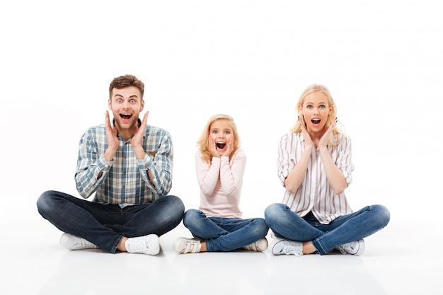 Портрет возбужденной семьи сидели