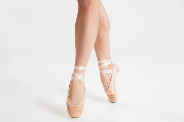エレガントなバレリーナの足のダンスのクローズアップ
