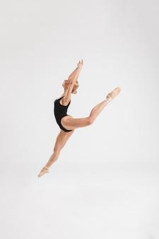 Портрет красивая молодая балерина позирует