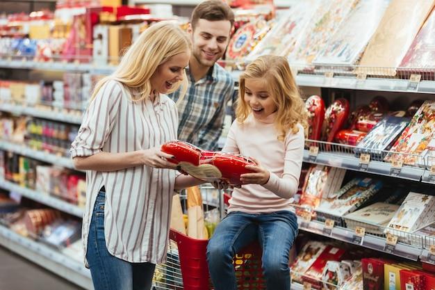 ショッピングカートに座って幸せな少女