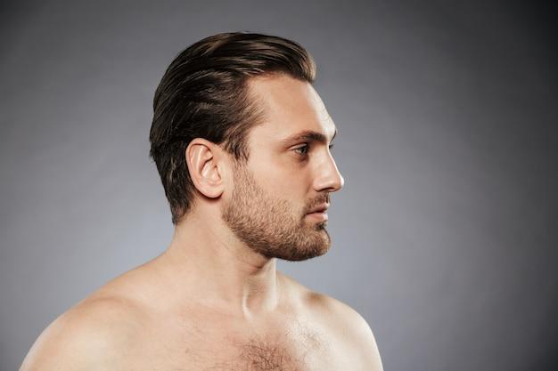 Портрет сбоку сексуальный мужчина без рубашки, глядя в сторону