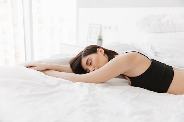 ベッドで休んでかなり若い女性の肖像画