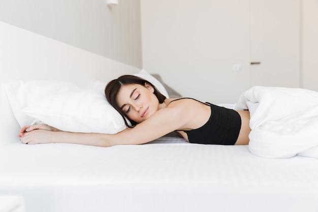 枕で寝ているかなり若い女性の肖像画