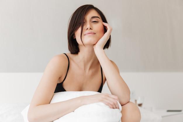 枕に座って満足している若い女性の肖像画