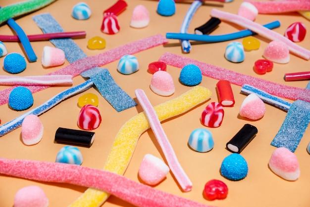 Крупным планом смешанных красочных конфет желе