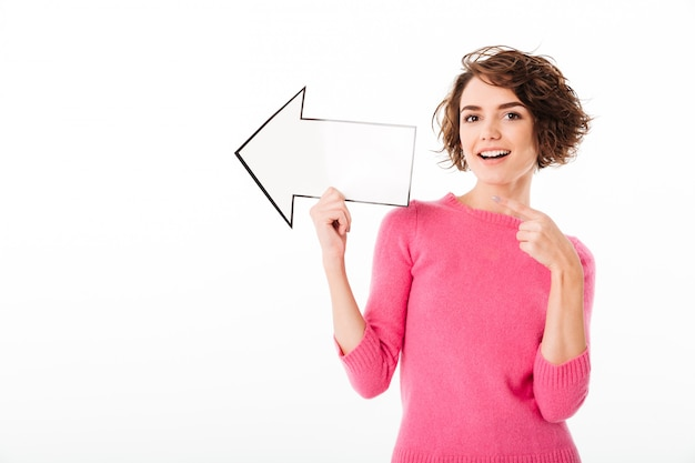Портрет счастливой красивой девушки, указывая прочь