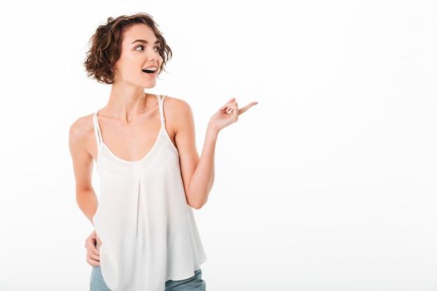Портрет счастливый молодая девушка позирует