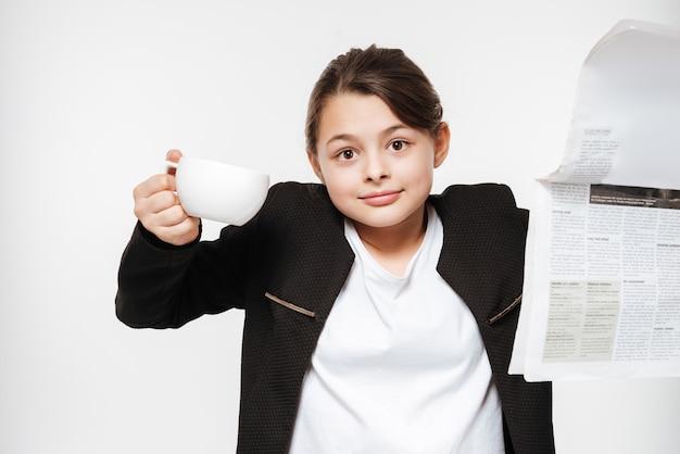 コーヒーを飲みながら混乱している若い女の子