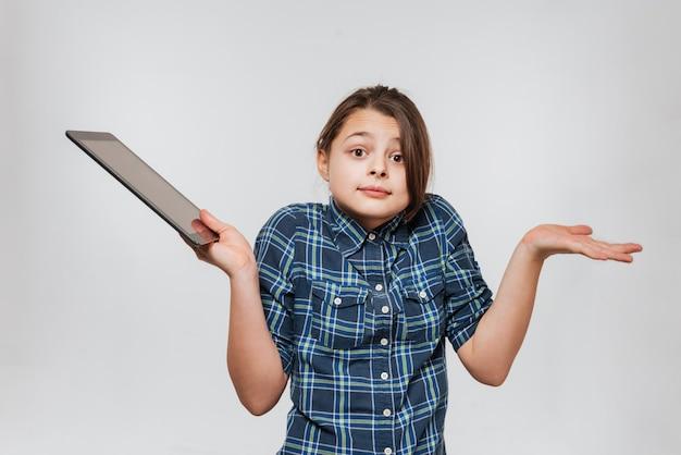 タブレットコンピューターを使用して混乱している若い女の子