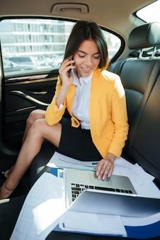 Портрет молодой предприниматель разговаривает по мобильному телефону