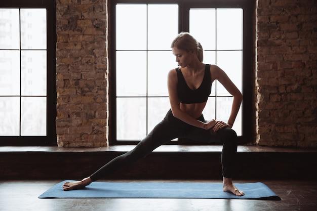 かなり若いフィットネス女性はスポーツの練習をします。