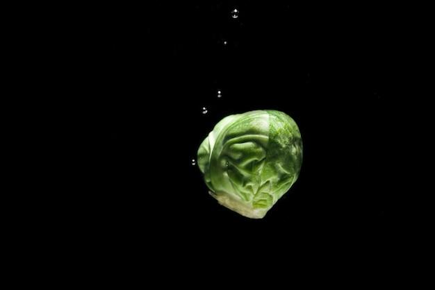 Крупным планом свежего брюссельской капусты с каплями воды