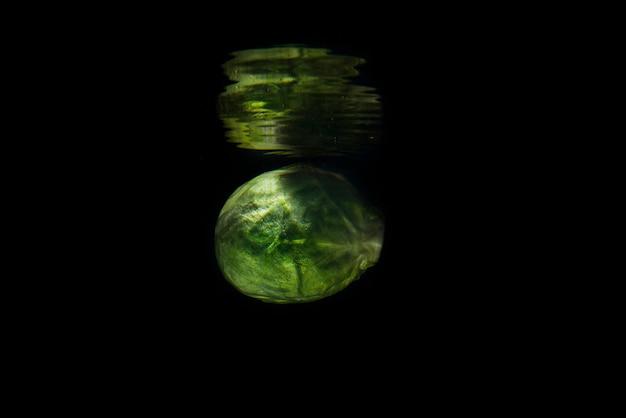 Зеленый свежий брюссельская капуста в зеркальном отражении