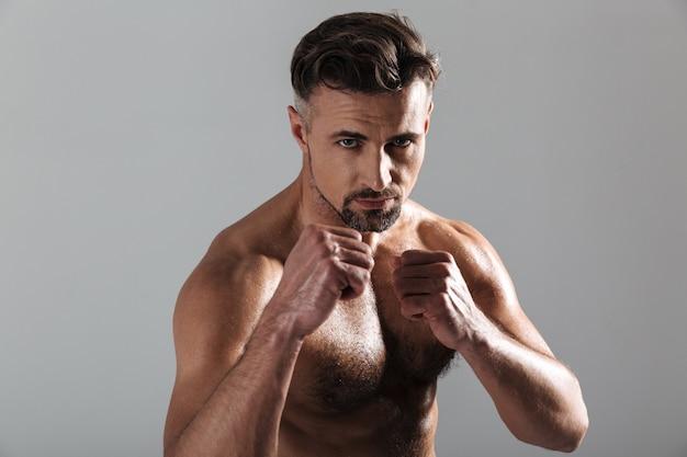 上半身裸の強い成熟したスポーツマンボクシングの肖像画を閉じる