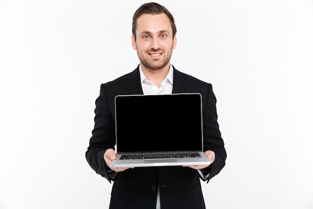 Портрет веселый молодой бизнесмен, одетый в костюм