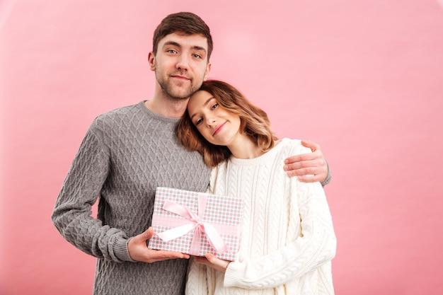 Портрет счастливой влюбленной пары, одетой в свитера