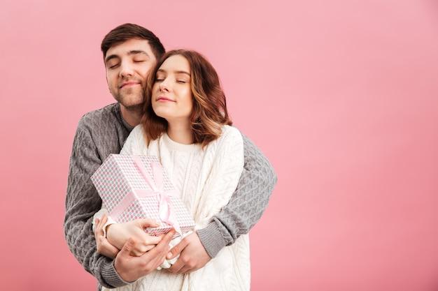 セーターに身を包んだ満足している愛情のあるカップルの肖像画