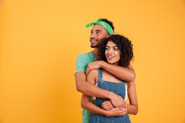 幸せな若いアフリカカップルの肖像画