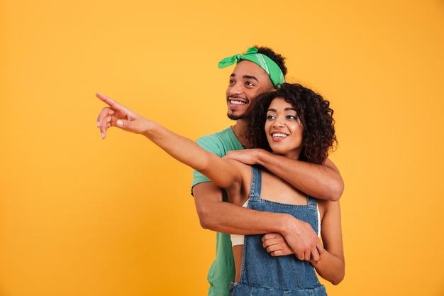 陽気な若いアフリカカップルの肖像画