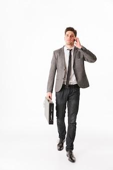 Полная длина портрет счастливого молодого бизнесмена