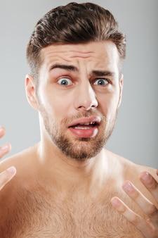 怖がって半分裸の男の肖像画を間近します。