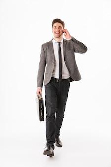Полная длина портрет веселого молодого бизнесмена
