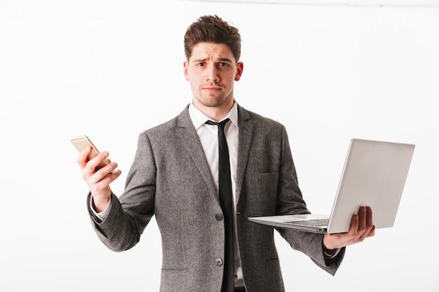 Портрет смущенного молодого бизнесмена