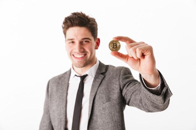 Крупным планом портрет уверенно молодого бизнесмена
